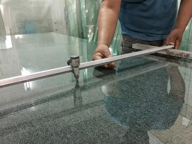 cắt kính bàn ăn